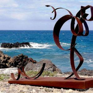 escultura aliviando equipaje acero corten