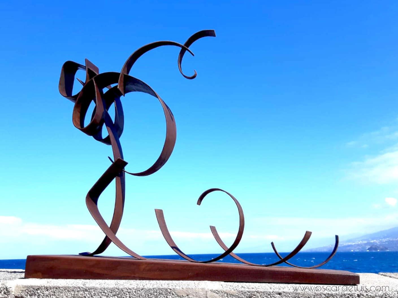 escultura aliviando equipaje acero corten.